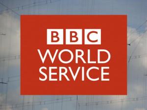 Das Logo des BBC World Service vor einer Kurzwellen-Sendeantenne.